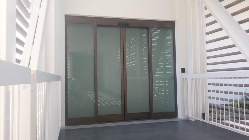 Porta automatica scorrevole in bronzo Aeroporto di Venezia